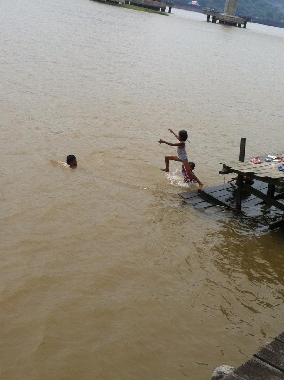 Keriaan di salah satu Batang, 24 September 2012 siang, antara dua anak-anak dan ayah mereka.