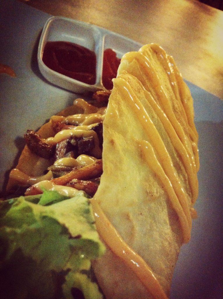 Taco ini enak, rasa isiannya pedas, tapi PR banget megangnya kalau tortilla-nya dimuncratin mayo gitu.