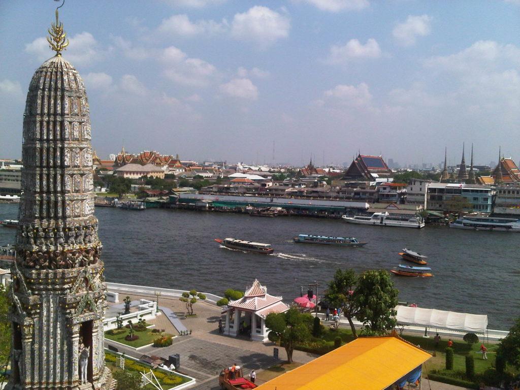 Sungai Chao Phraya yang membelah Bangkok, di depan Wat Arun.