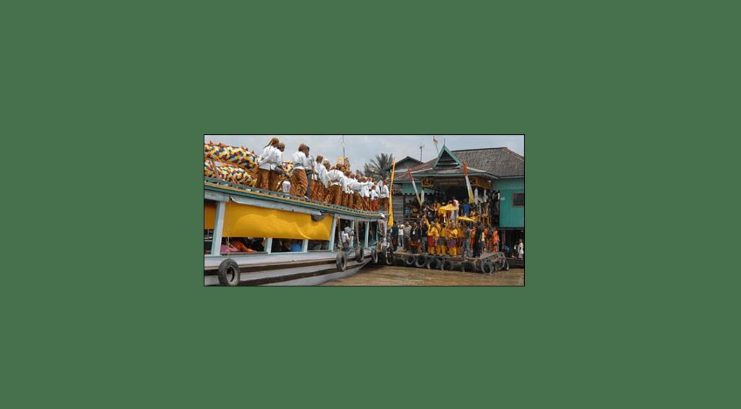 Saat naga Erau atau Naga Bekenyawa tiba di dermaga Samarinda Seberang. Source: kutaikartanegara.com