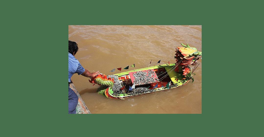 Miniatur perahu naga dan bacang yang dilarung di perairan Sungai Mahakam dekat Pulau Buaya, beberapa tahun lalu.