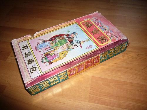 """Almanak """"Tongshu"""". Semacam primbon tahunan dan buku pintar metafisika. Selain berisi kalender Imlek dan Masehi setahun lengkap dengan detail karakteristik setiap harinya, juga memuat soal arah baik/buruk, waktu baik/buruk (untuk menikah, meresmikan rumah, potong rambut, dan lain-lain), mengenali pertanda di rumah, serta masih banyak lagi. Terbit setiap tahun, dan bisa didapatkan di toko-toko perlengkapan sembahyang Tionghoa."""