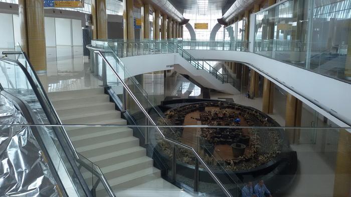Interior ruang terminal Bandara Samarinda Baru, yang bangunan sisi daratnya telah selesai namun landasan pacunya masih dalam pengerjaan. *sigh*.